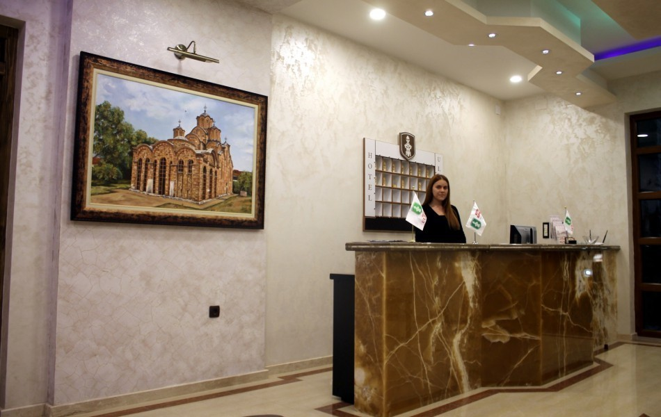 hotel-in-gracanica-receptionist