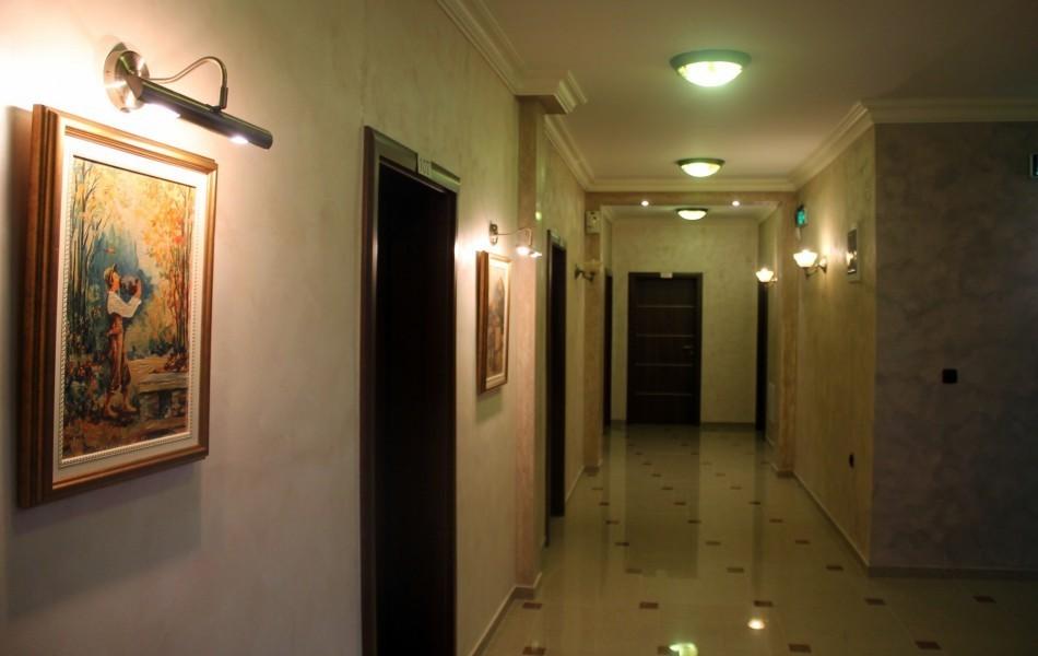 hotel-ulpiana-walls-hallway
